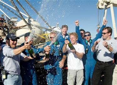 Armadillo Aerospace och John Carmack firar med champagne