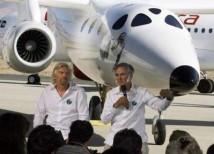 Richard Branson och Burt Rutan visar upp WhiteKnightTwo (Eve)