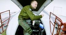 Kristian Luuk sätter sig i en jättelik centrifug